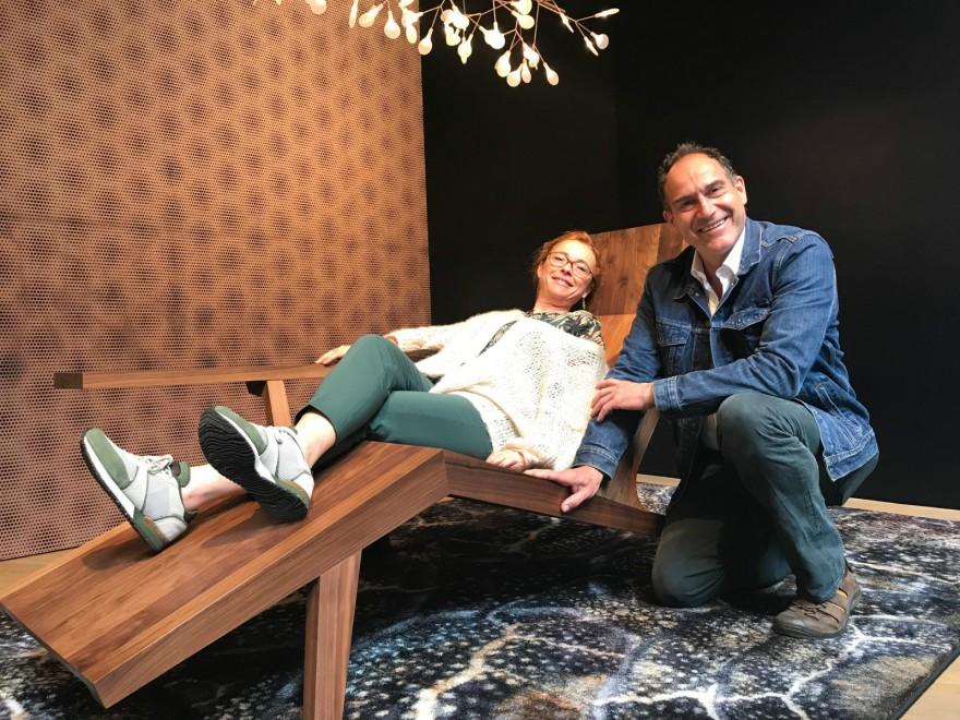 Katrien met Joep van Lieshout: testen van de Liberty lounger (New York)