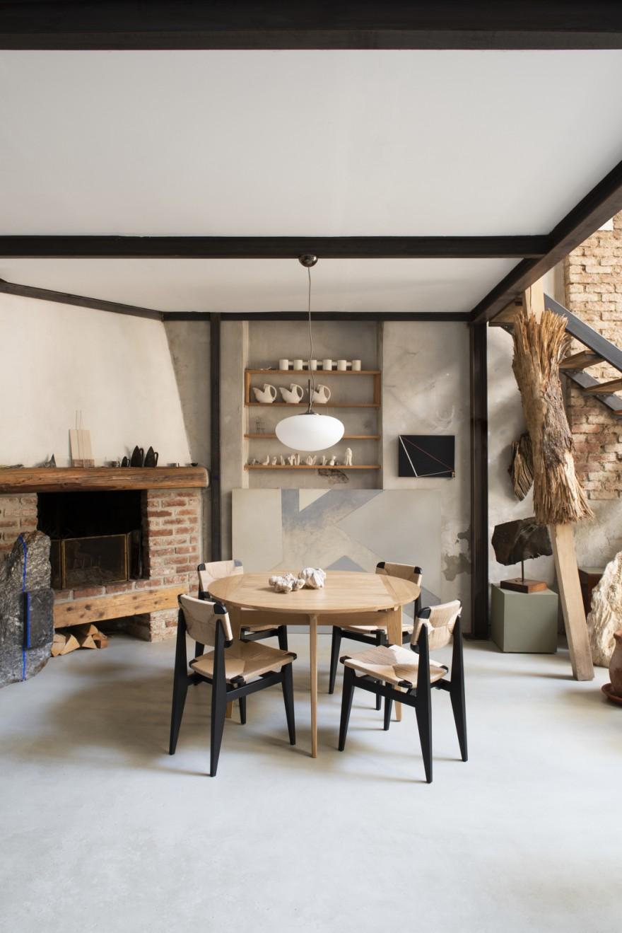 Table ronde B et chaises C (Marcel Gascoin) et suspension Stemlite (Bill Cury): rééditions du design historique