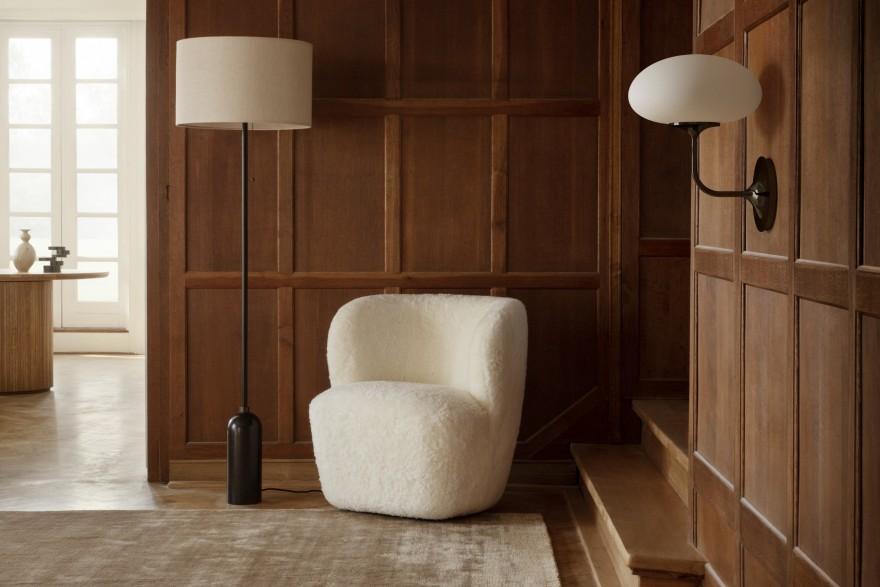Stemlite Wall, Stay Lounge en peau de mouton et lampadaire Gravity : GUBI