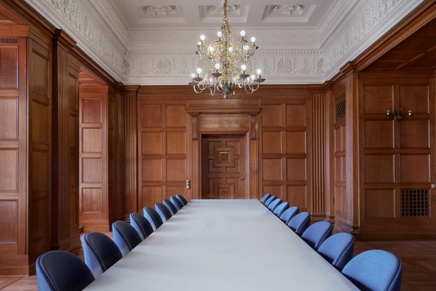 Gubi stoelen in meeting setting