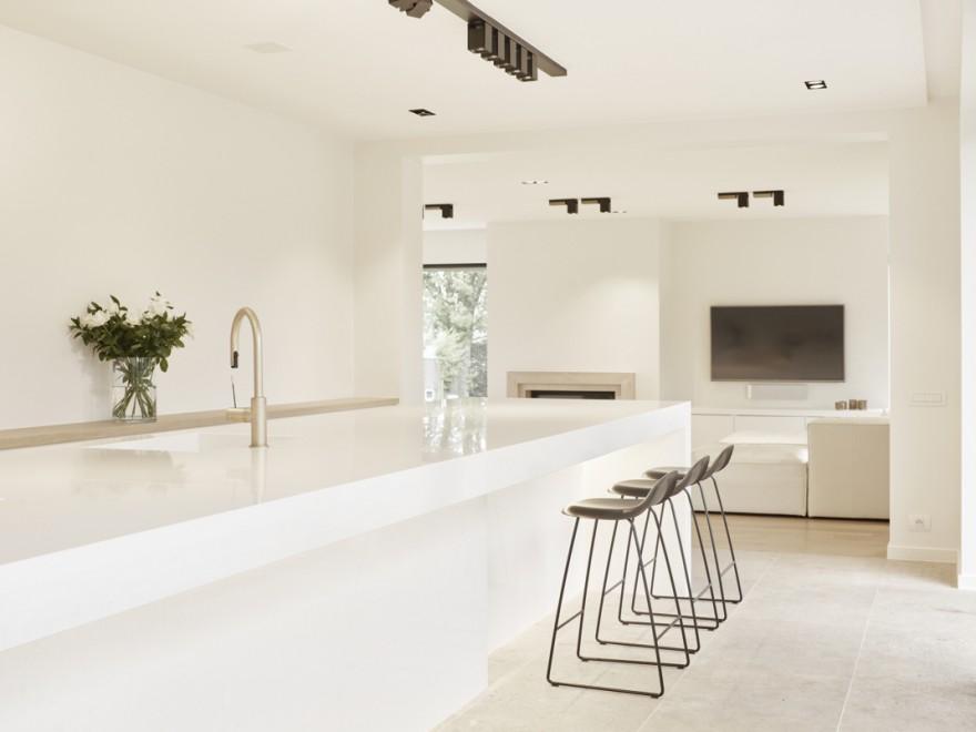 De zwarte GUBI  3D barstoelen  in contrast met de witte keuken... Fraeye Living op zijn best