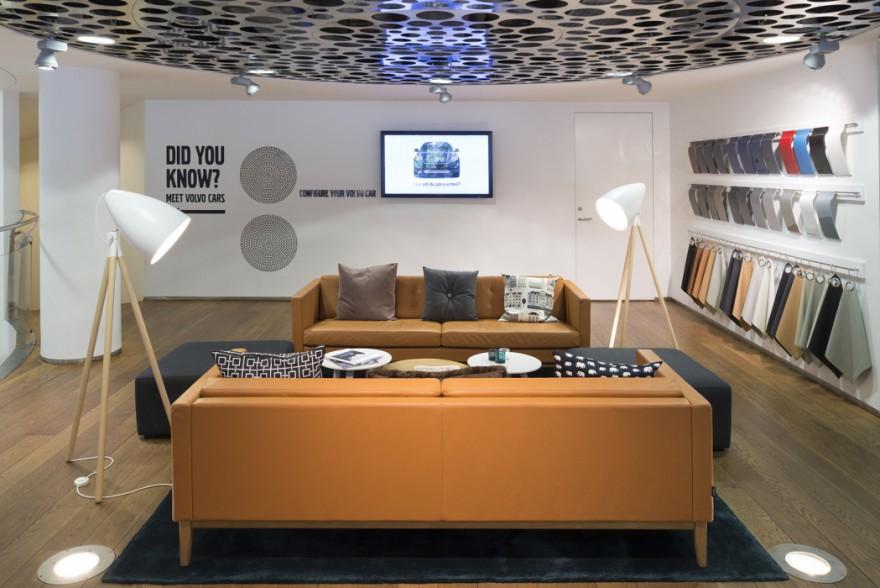 Ook de madison sofa's van Swedese zijn omni-present in de vernieuwde Volvo showroom