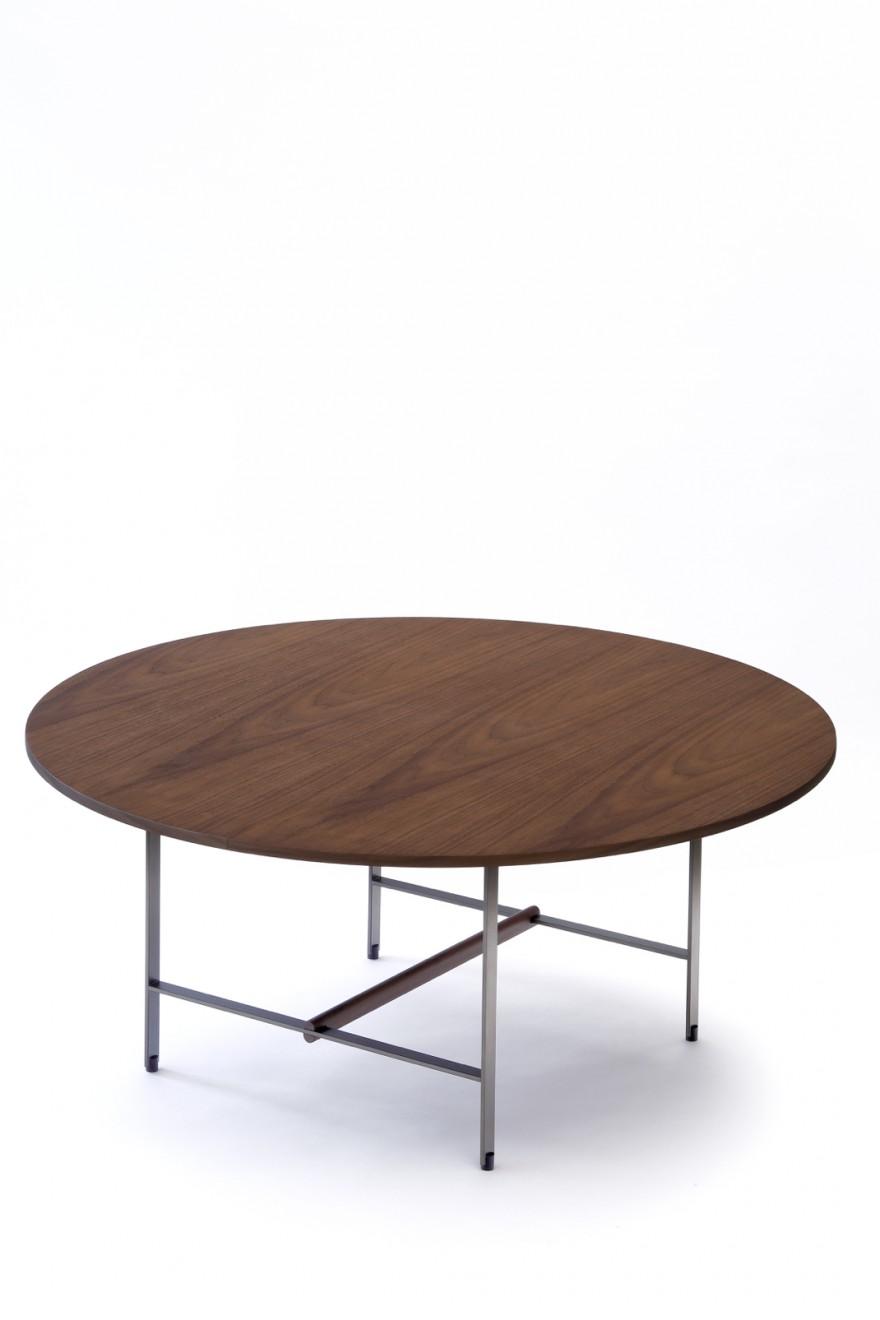 Let op het subtiel, verfijnd onderstel. Sisters table rond: diam. 90 cm x  hoogte 50 cm