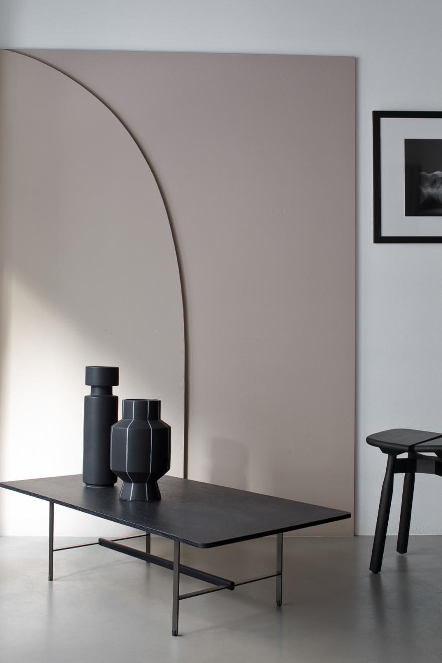 Sisters tafel met zwart, eiken top (of notelaar): 108 x 57 x H 35 cm