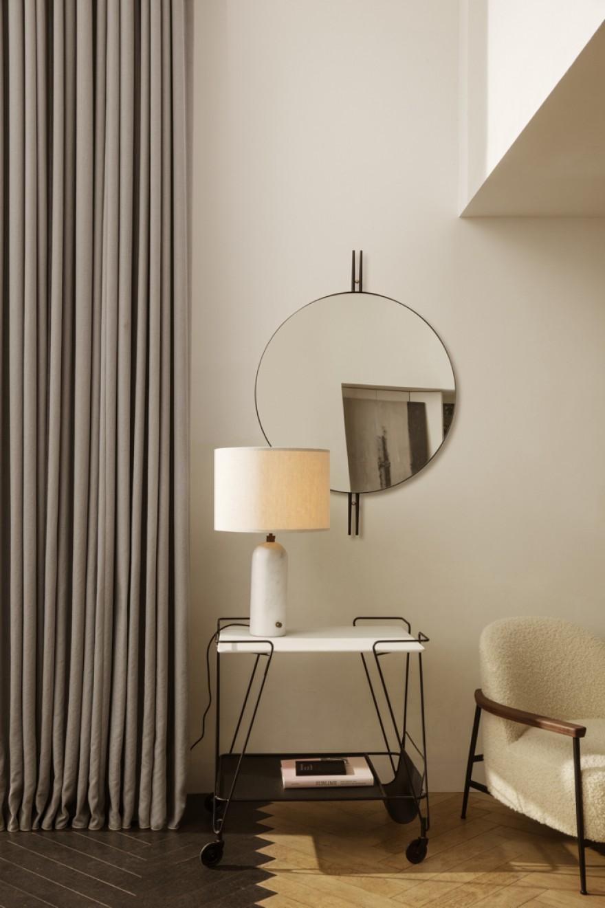 Inspiration Art Déco pour le miroir IOI contemporain. Un setting Gubi complet