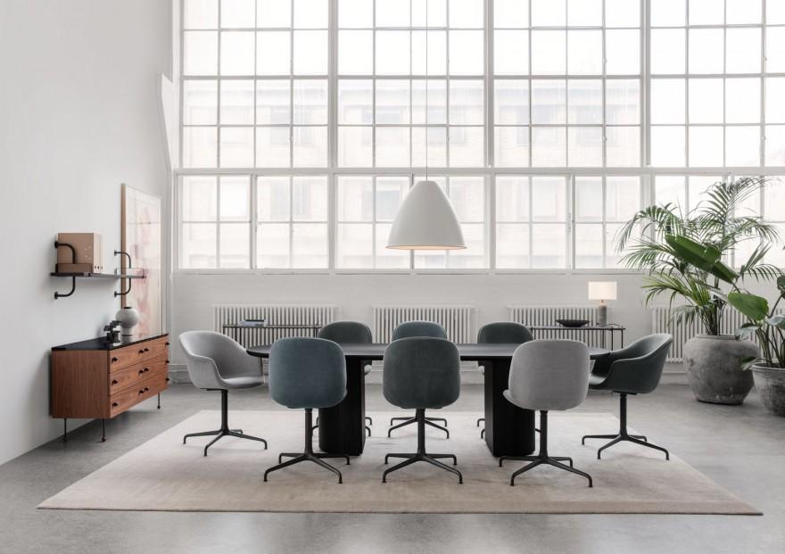 Stijlvolle vergadertafel MOON met super comfortabele BEETLE Meeting Chairs