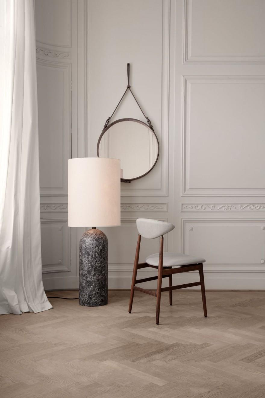 GRAVITY Floor lamp met GENT dining chair en ADNET spiegel: tijdloze klassiekers