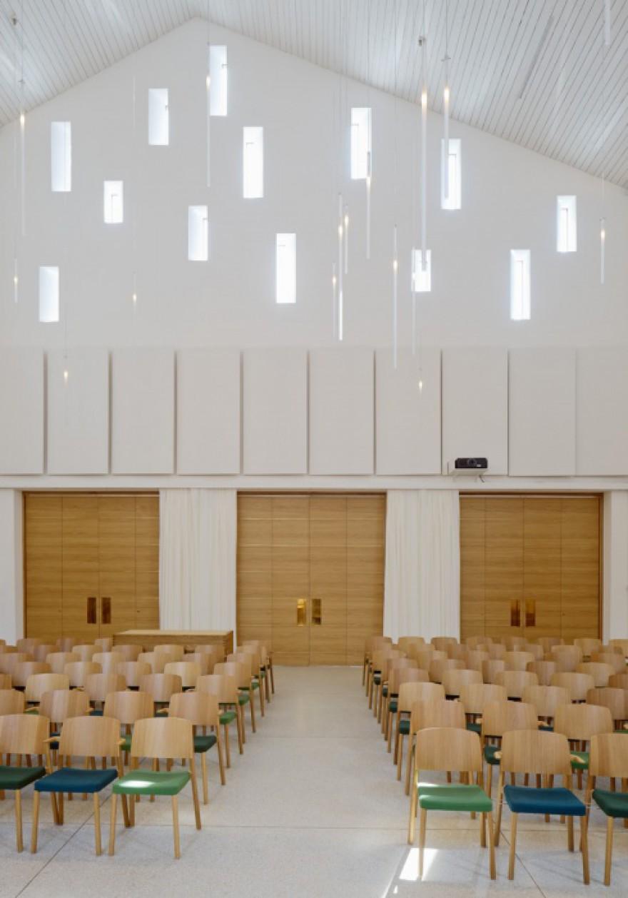 De volledig houten stapelbare GRACE stoel in de kerk van Amhults in Göteborg