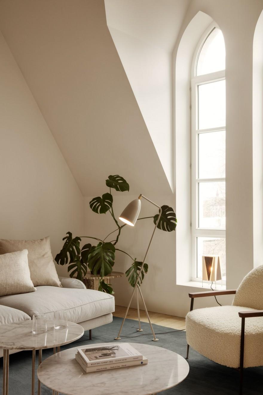 Gubi setting met Grasshoppa lamp, Sejour lounge en detail Flaneur sofa...