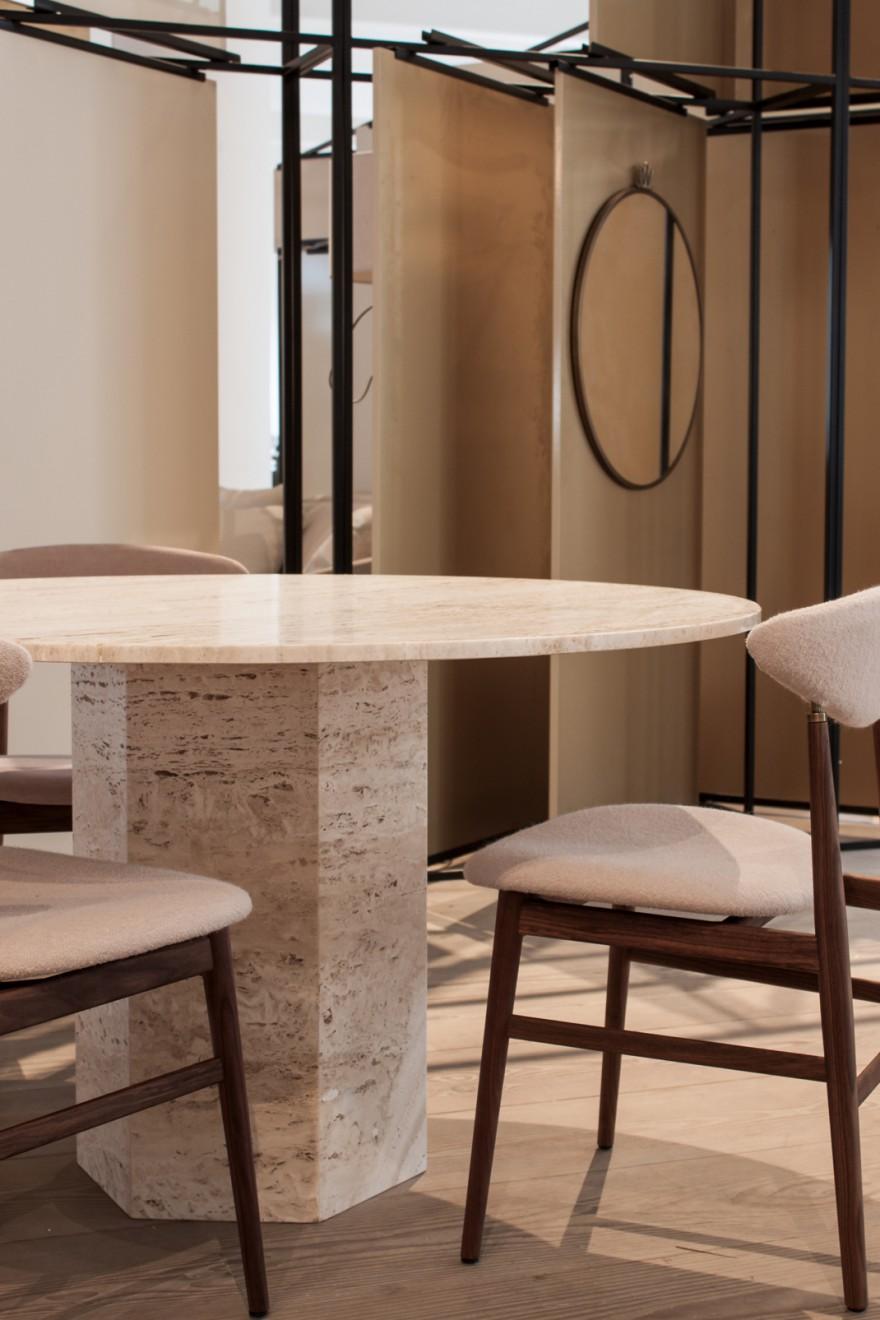 De Epic Dining Table in witte travertin: een GamFratesi creatie (nieuw)