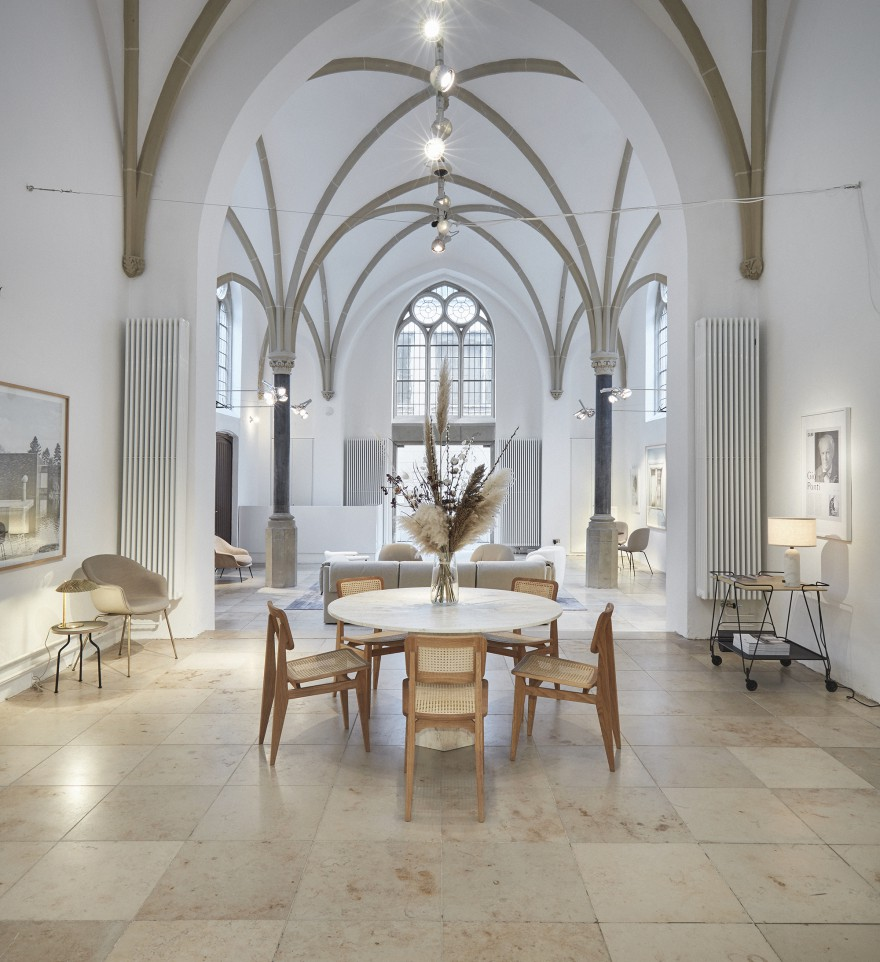 Epic Table White Travertin - C-chairs en Trolley in The Chapel