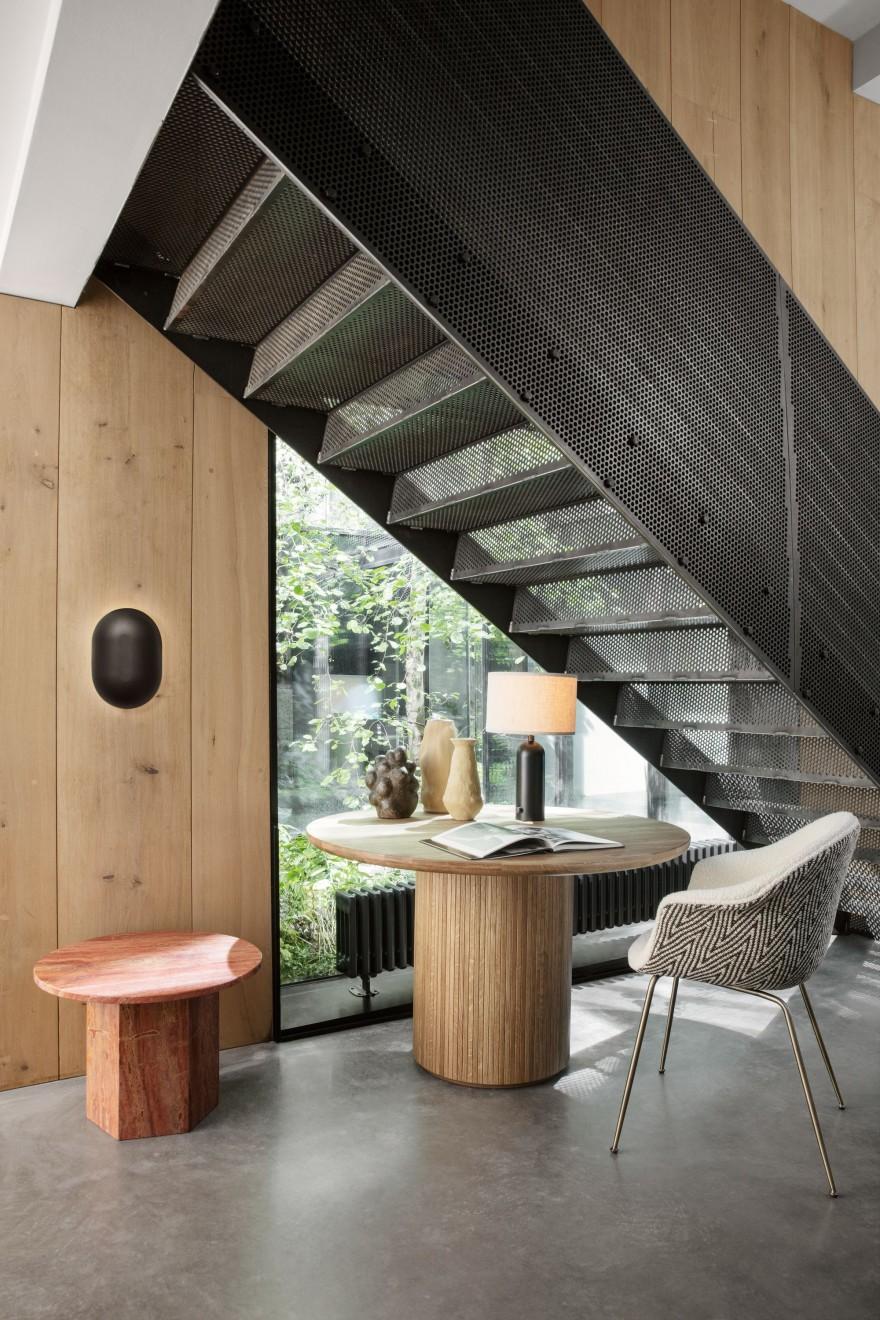 Zelfs in een hoekje onder de trap wordt er in stijl gewerkt...