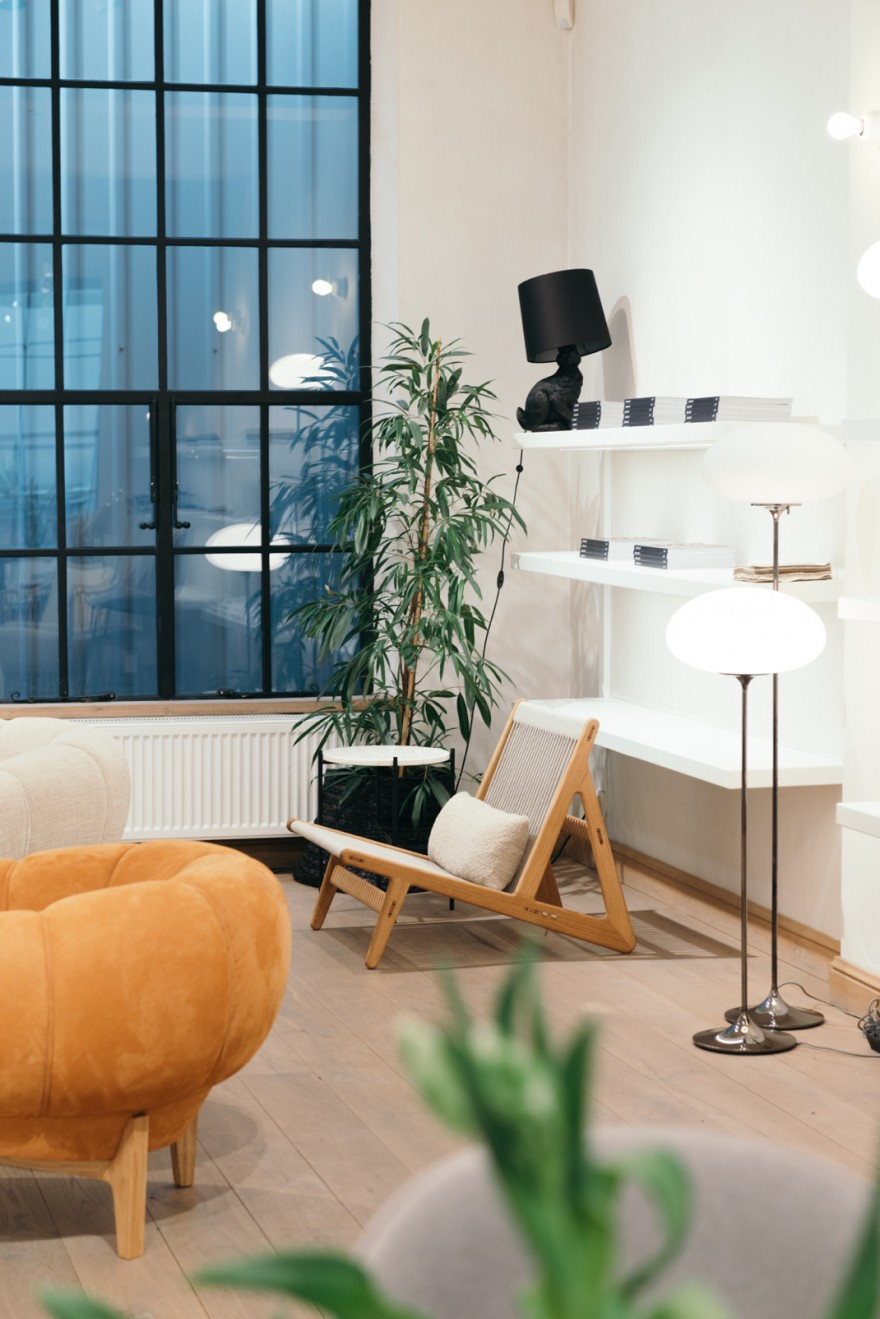 Croissant sofa, Inital Chair, Stemlite & Rabbit lampen